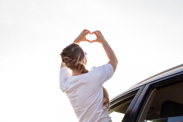Frau mit Herzsymbol